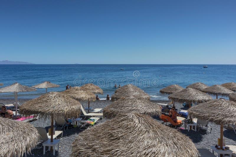 SANTORINI/GREECE o 5 de setembro - praia de Kamari em Santorini, Grécia sant imagens de stock