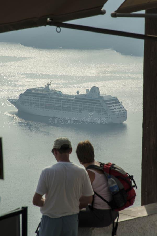 SANTORINI/GREECE - Touristen, die Kreuzfahrt betrachten lizenzfreie stockfotos