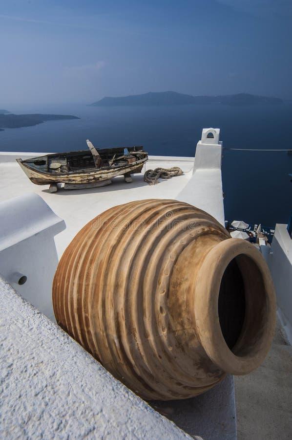 SANTORINI-/GREECEdachspitzen von Häusern übersehen stockfotografie