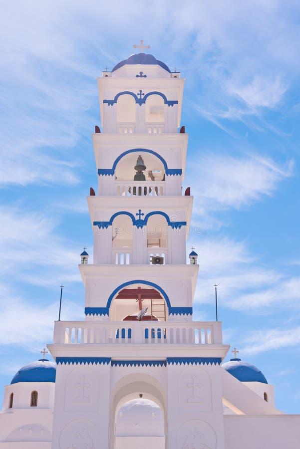 Santorini Grekland kyrka med klockor och kors mot blå himmel royaltyfria bilder