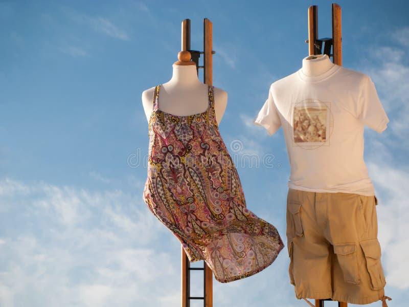 Santorini Grekland, 09 26 2013 och att shoppa begrepp Utöver det vanliga skyltdockor tilldrar turister royaltyfri bild