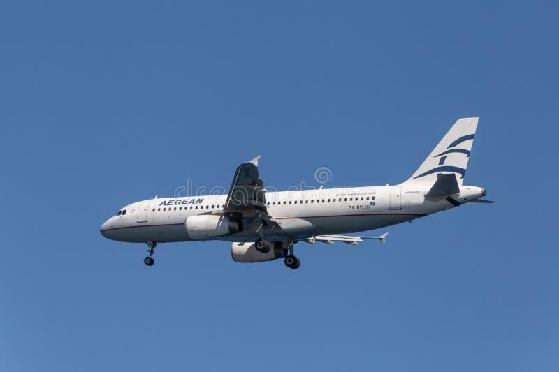 SANTORINI GREKLAND - OKTOBER 01, 2016 - landning av den Aegean Airlines flygplanflygbussen A320 royaltyfri bild