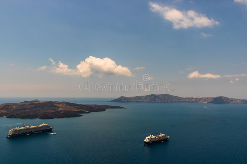 Santorini, Griechenland - 2019 Kreuzschiffe verankert nah an Santorini-Insel Kreuzfahrtferien in Europa lizenzfreie stockfotos