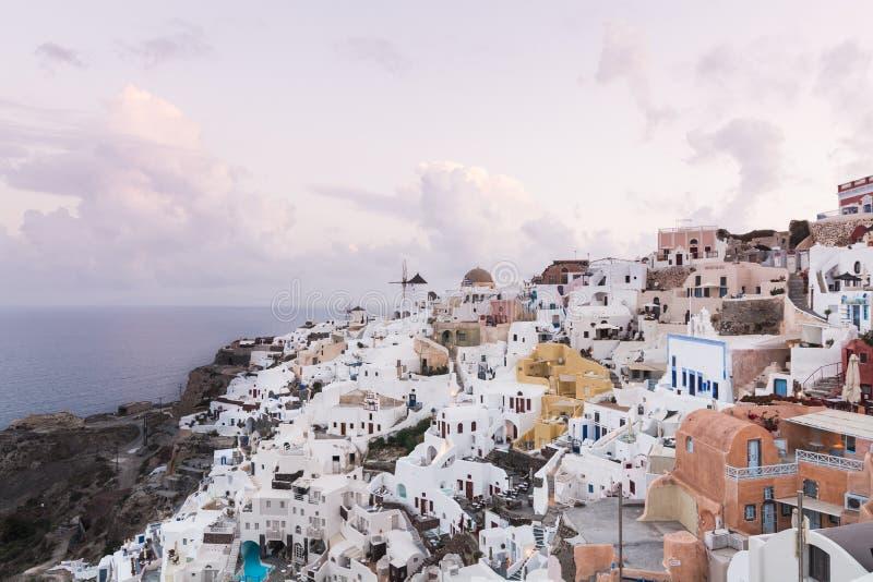 SANTORINI, GRIECHENLAND - MAI 2018: Ikonenhafter Panoramablick über Oia-Dorf auf Santorini-Insel, Griechenland stockfotos