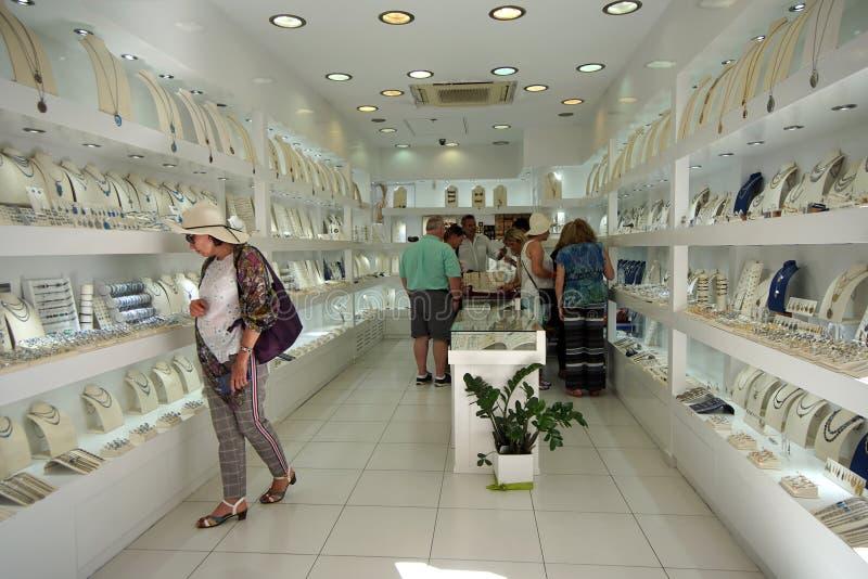 Santorini, Griekenland die, 21 September 2018, Toeristen het winkelen doen stock afbeeldingen