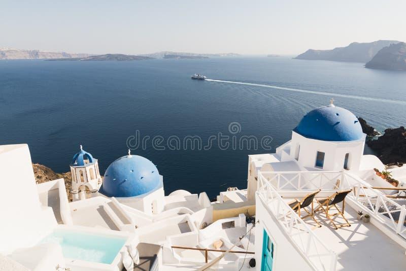 SANTORINI, GRIEKENLAND - MEI 2018: Mening over Egeïsche overzees, Oia dorp en vulkaancaldera met luxehotel en oneindigheids zwemb royalty-vrije stock foto