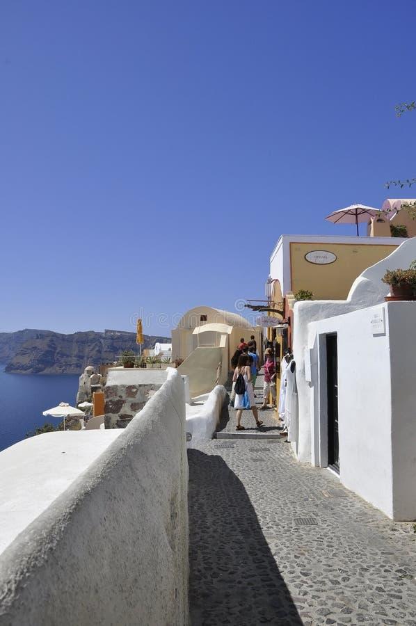 Santorini, il 2 settembre: Via stretta della città pittoresca Fira dall'isola di Santorini fotografia stock