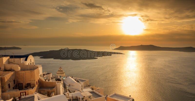 Santorini-Insel, Griechenland - Sonnenuntergang über Ägäischem Meer stockfotografie