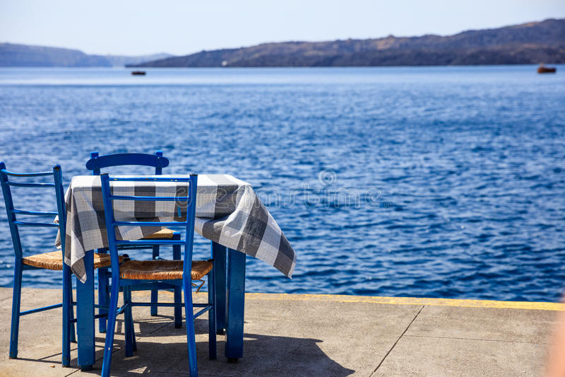 Santorini-Insel, Griechenland - Tabelle und Stühle an Fira-Hafen lizenzfreies stockfoto