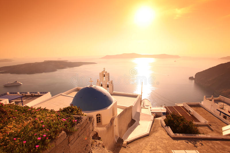Santorini Kirche in Fira gegen Sonnenuntergang, Griechenland lizenzfreies stockbild