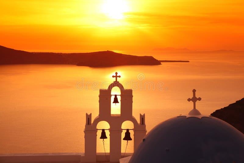 Santorini Kirche in Fira gegen Sonnenuntergang, Griechenland lizenzfreies stockfoto