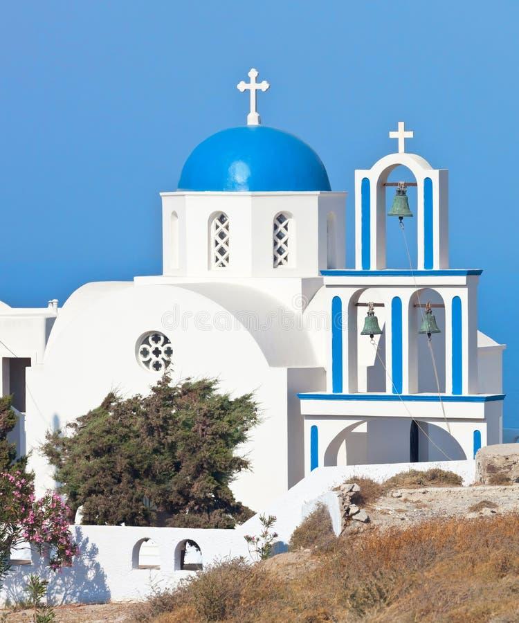 Santorini kyrka med den blåa kupolen arkivbilder