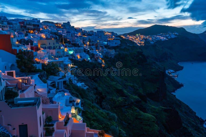 Santorini landskap med sikt av Oia p? soluppg?ng royaltyfria bilder