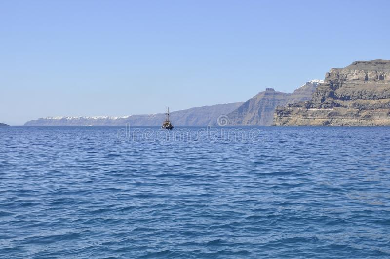 Santorini, le 2 septembre : Bateau à voile journay dans la caldeira de Santorini images libres de droits