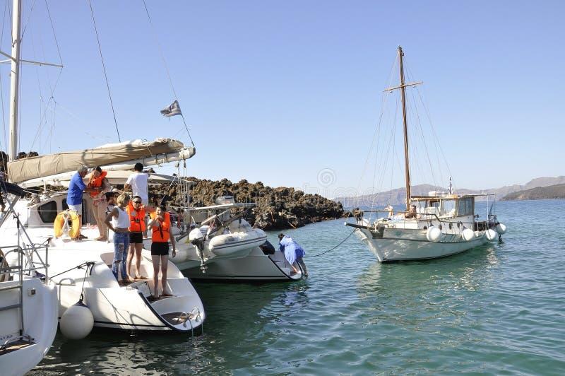 Santorini, le 2 septembre : Bateau à voile journay dans la caldeira de Santorini photo libre de droits