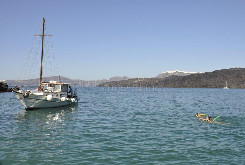 Santorini, le 2 septembre : Bateau à voile journay dans la caldeira de Santorini image stock