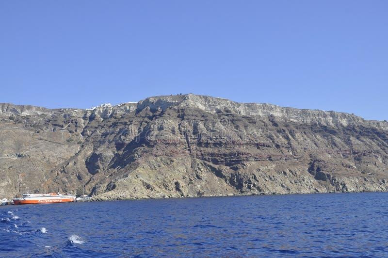 Santorini, le 2 septembre : Bateau de croisière ancré dans la caldeira de Santorini photos libres de droits