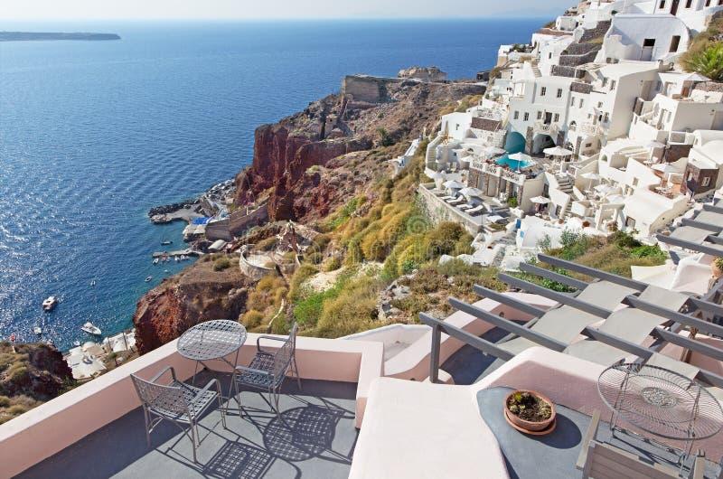 Santorini - los centros turísticos de lujo en Oia y el puerto de Amoudi fotografía de archivo
