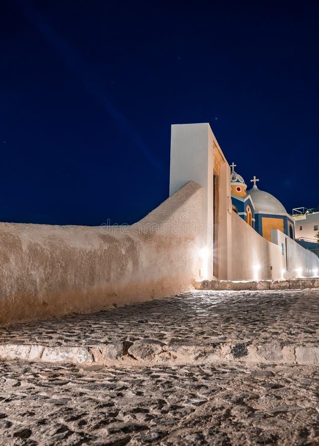 Santorini na noite, um dos destinos os mais bonitos do curso do mundo Vista panor?mica na capital da ilha, Fira fotos de stock