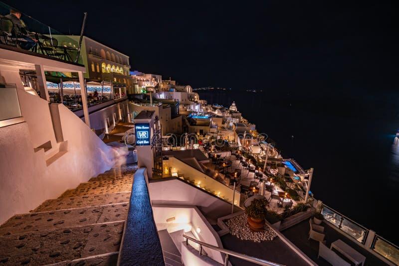 Santorini na noite, na vista panorâmica e nas ruas da ilha de Santorini em Grécia, tiro em Thira fotos de stock royalty free