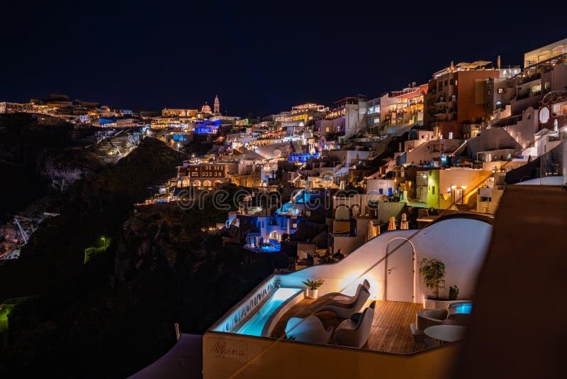 Santorini na noite, na vista panorâmica e nas ruas da ilha de Santorini em Grécia, tiro em Thira, capital fotografia de stock royalty free