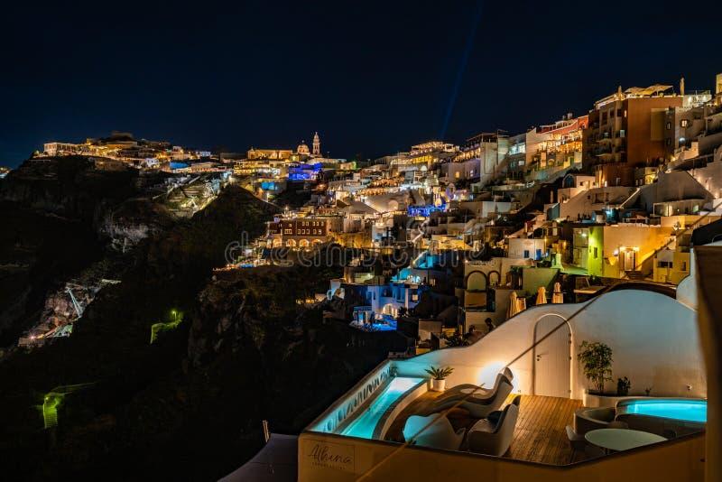 Santorini na noite, na vista panorâmica e nas ruas da ilha de Santorini em Grécia, tiro em Thira fotos de stock