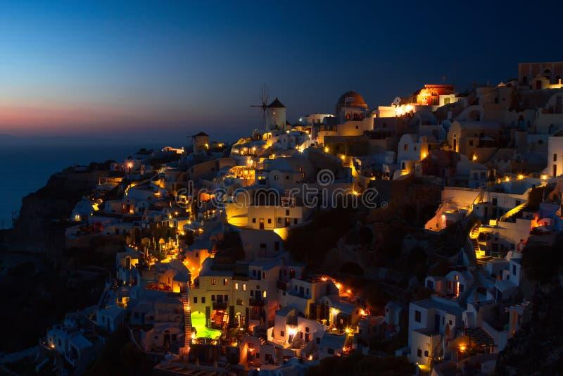Santorini OIA alla notte fotografie stock
