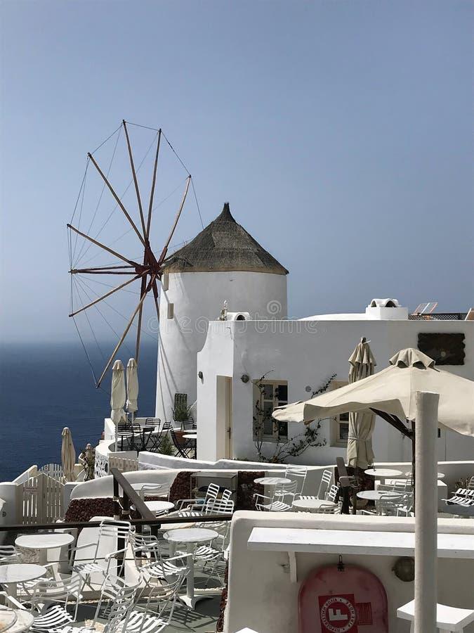 Santorini Oia, Griekenland - Oude Turkse windmolen townscape op Thira-eiland in Cycladen op zonnige dag royalty-vrije stock fotografie