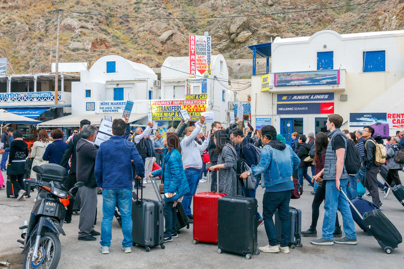 Santorini Sitzungspassagiere und -touristen am Hafen von Athinios lizenzfreie stockfotografie