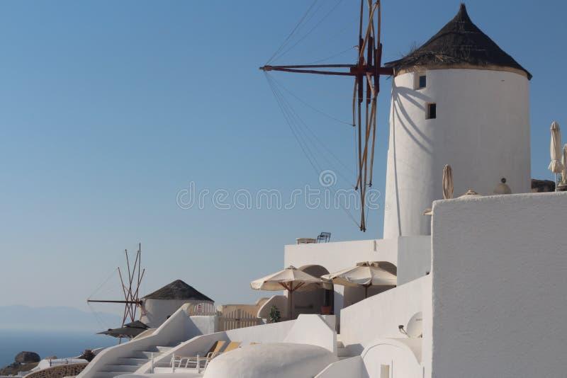 Santorini stads- landskap med vita väderkvarnar arkivbild