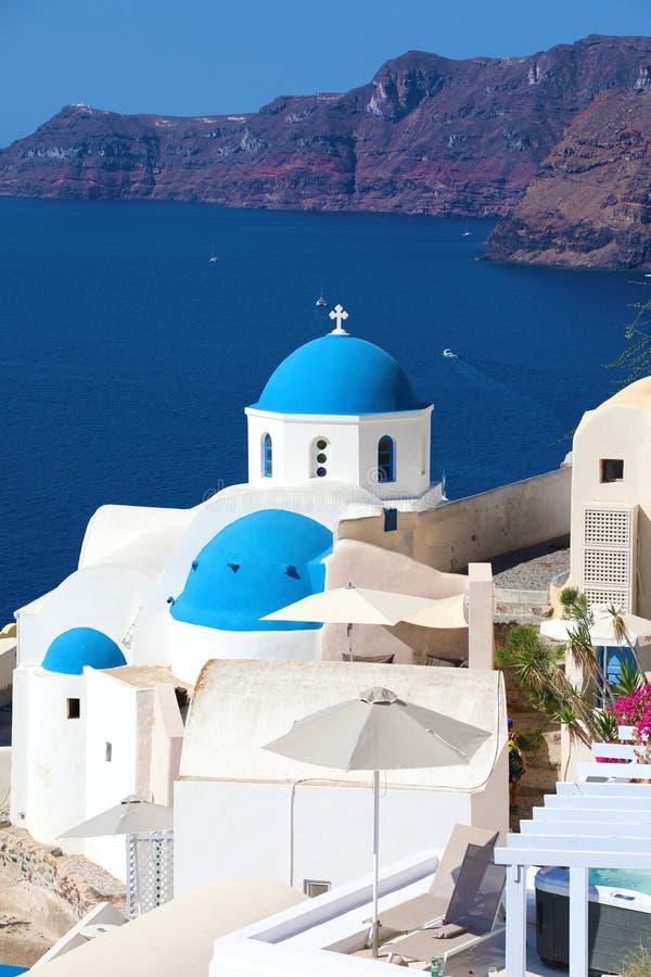 Santorini: Traditionelles griechisches weißes Dorf Oia mit blauen Hauben von Kirchen, Griechenland stockfotos
