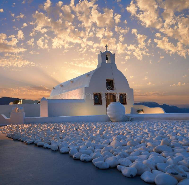Santorini, village d'Oia, chapelle locale sur le lever de soleil photos stock