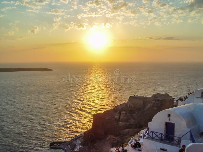 Santorinieiland bij de zonsondergang Een gezichtspunt van Oia dorp stock foto