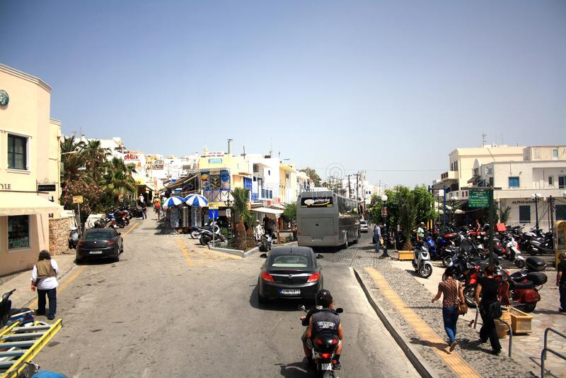 Santorinieiland, Griekenland - Mei 20, 2013: Kruispunt met verkeer en mensen stock afbeeldingen