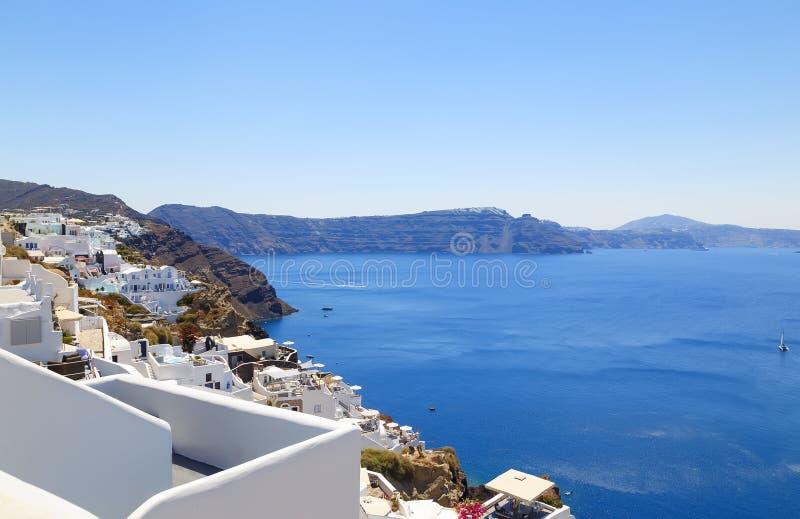 Santorinieiland, Griekenland: Oriëntatiepuntdetail van terras met bloemen over de calderacaldera die wordt verfraaid stock foto