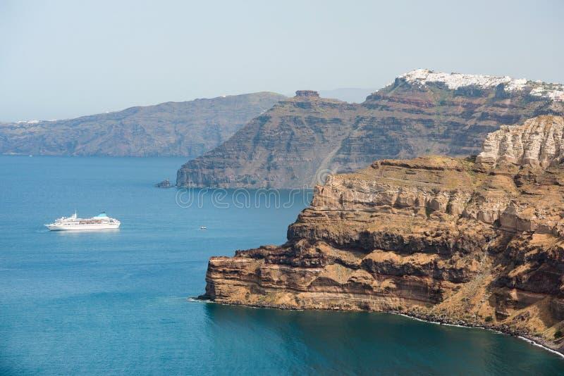 Santorinieiland, met caldera en cruiseschip op Egeïsche Overzees, Griekenland stock afbeeldingen