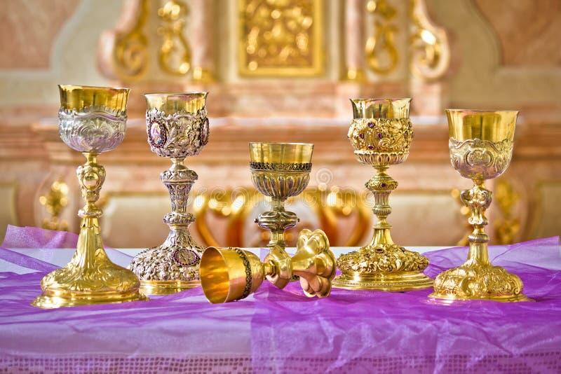 Santos Graal dourados na opinião do altar da igreja fotografia de stock royalty free