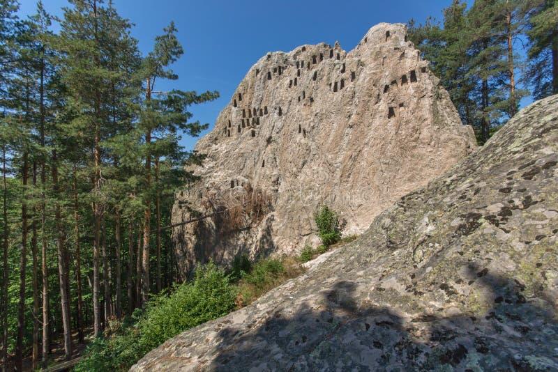 Santuário antigo Eagle Rocks de Thracian perto da cidade de Ardino, Bulgária imagem de stock royalty free