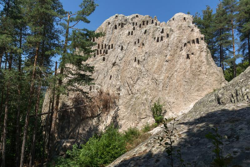 Santuário antigo Eagle Rocks de Thracian perto da cidade de Ardino, Bulgária imagens de stock