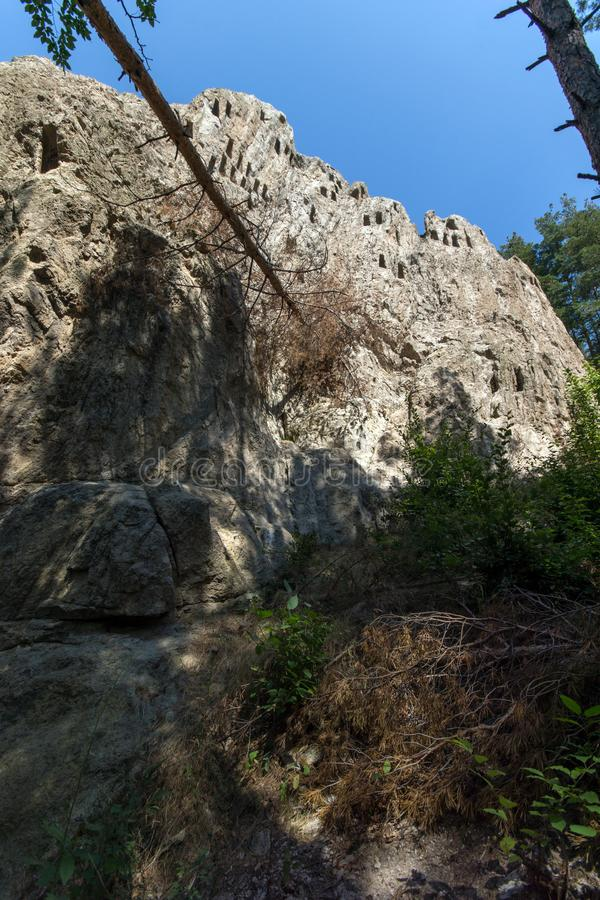 Santuário antigo Eagle Rocks de Thracian perto da cidade de Ardino, Bulgária imagem de stock