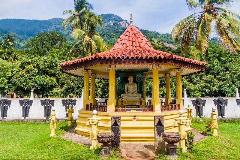 Santuário budista na frente do templo da rocha de Aluvihare, Lan de Sri imagem de stock royalty free