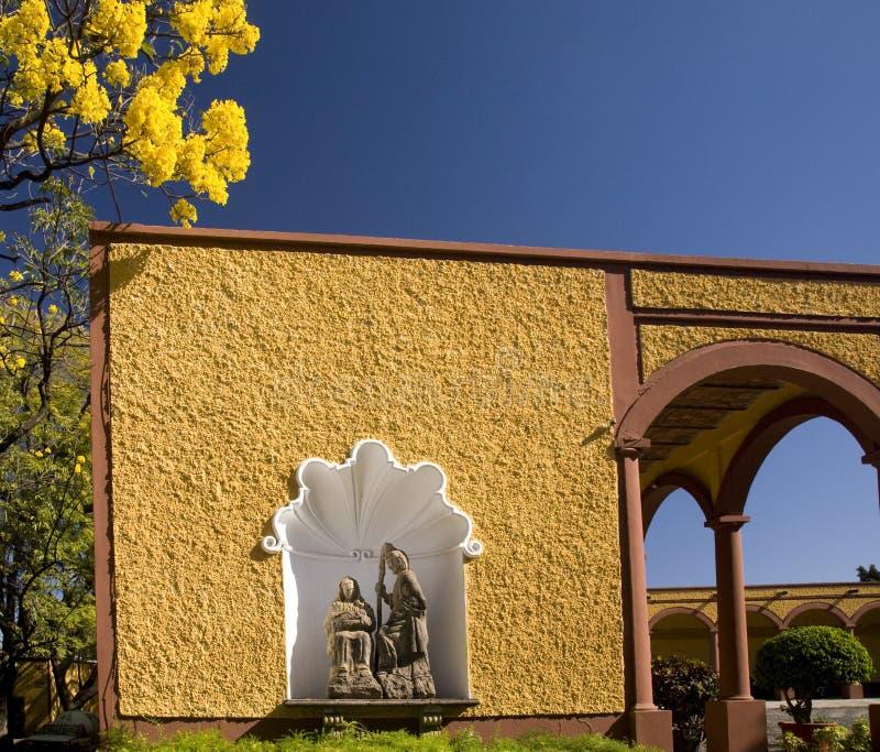 Santuário cristão México da rua das flores amarelas fotos de stock