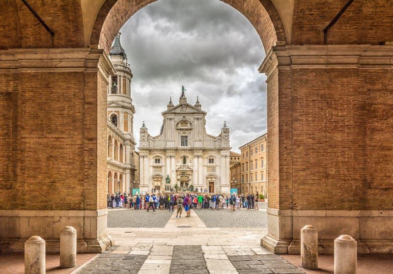 Santuário da casa santamente de Loreto, marços, Itália, a fachada da basílica com o monumento de Sisto V no primeiro plano fotos de stock