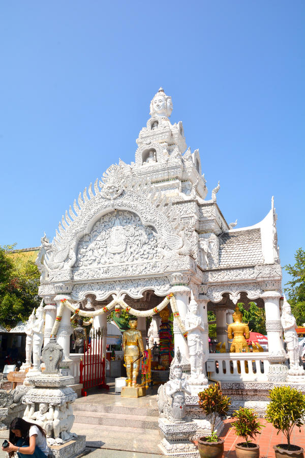Santuário da coluna da cidade de Nan em Wat Ming Meuang e no céu azul fotografia de stock royalty free