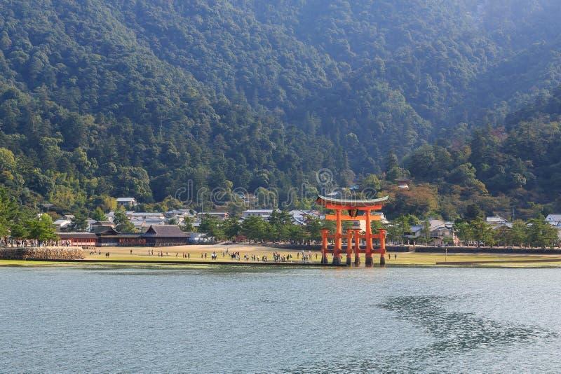 Santuário de Itsukushima na maré baixa foto de stock royalty free