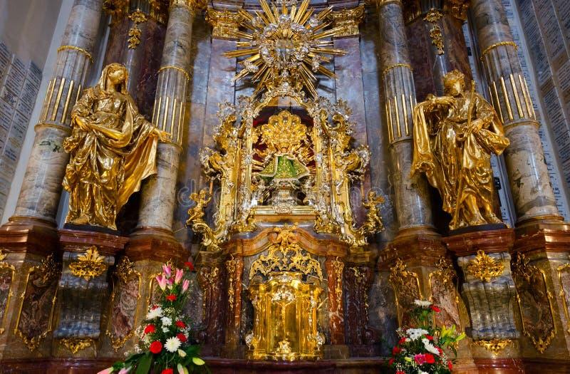 Santuário principal da igreja de nossa senhora Victorious e St Anthony de Pádua - estátua do infante Jesus de Praga, Praga, Repúb fotos de stock royalty free