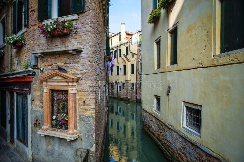 Santuário religioso na parede, Veneza, Italia imagem de stock