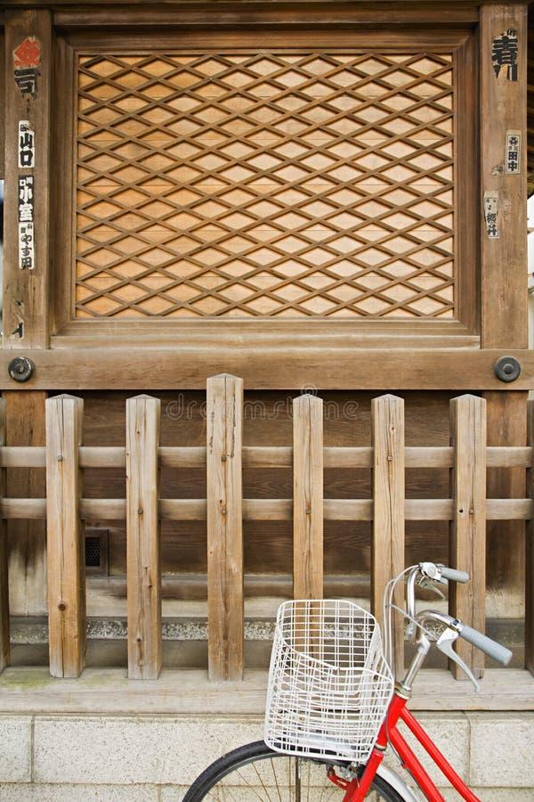 Santuário xintoísmo exterior estacionado bicicleta de Shitaya Jinja fotos de stock royalty free