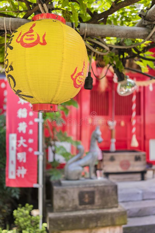 Santuário xintoísmo pequeno de Shozoku Inari dedicado a Uga-nenhuma-Mitama divindade mim imagens de stock