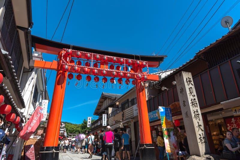 Santu?rio de Fushimi Inari-taisha Portas incontáveis de Torii dos vermelhões dos milhares em um monte imagens de stock royalty free